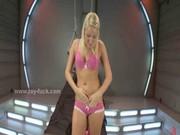 Nordic tjej med rosa baddräkt solo