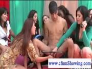 CFMN flickor leka med killar kuk i offentliga