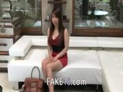 Asiatisk brud med stora tuttar knullar på soffan
