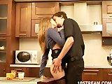 Sexig brud sex i köket