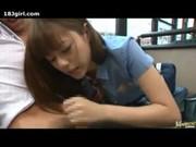 Söt japanska skolan flicka i stadsbussar