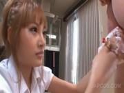 Ursnygg asiatisk sjuksköterska tar spermprov