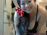 Asiatisk tjej med enorma tuttar spelar på webbkamera