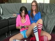 Tonåring flickvänner Jävla medan spel