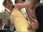 Blyg ung kvinna famlade på ett tåg